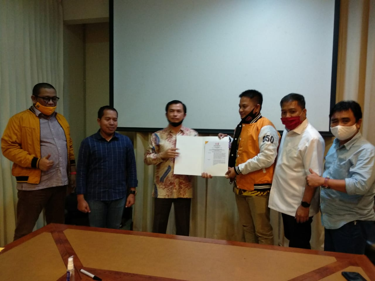 Penyerah Rekomendasi Dukungan Partai Hanura Pada Rusmin Abdul Gani-Senawan Silondae Pada Pilkada Konawe Selatan (Foto : Istimewa)