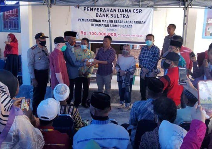 Penyerahan dana untuk Pembangunan Masjid dari Bank Sultra dan Pemkab Busel