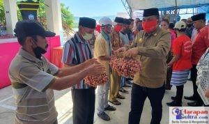 Bupati Arusani saat menyerahkan Bantuan secara langsung kepada Petani