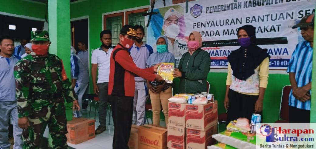 Kepala Dinas Sosial Busel, H. Laode Taatlan saat menyerahkan Bantuan Sembako Tahap III
