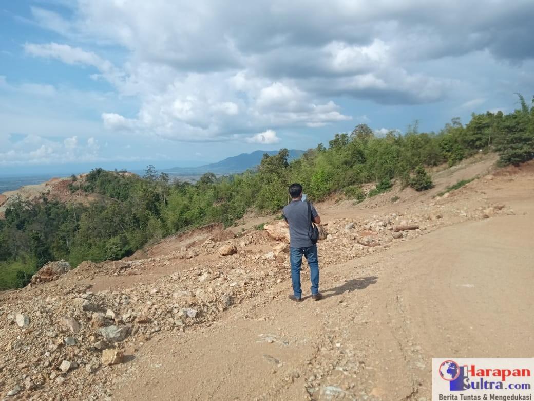 Foto : Musrif (Anggota DPRD Bombana) saat mengdokumentasikan Lokasi Penambangan PT. Trias Jaya Agung
