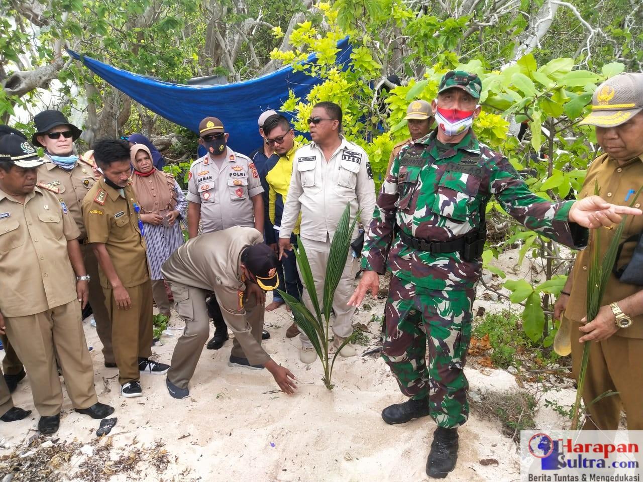 Foto Kegiatan Penanaman Pohon Kelapa di Pulau Kawi Kawia