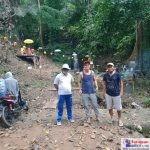 Sukaji Ramang (Tengah) diapit oleh Seklur Doule, Martin Rianto (Kiri) dan Ketua Bawaslu Bombana, Hasdin Nompo (Kanan)
