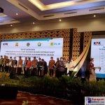 Bupati Buton Selatan, H. Laode Arusani saat menerima Sertifikat Aset Pemerintah Daerah