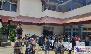 Puluhan Orang Karyawan PT. PLM saat menggelar Unjuk rasa di Kantor Dinas ESDM Sultra, Kendari