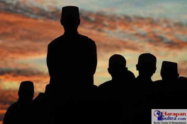 """Tim rukyatul hilal PC NU melakukan pemantauan """"rukyatul hilal"""" di Balai Rukyat Bukit Condrodipo, Gresik, Jawa Timur, Kamis (14/6). Berdasarkan sidang isbat yang digelar di Kantor Kementerian Agama, Pemerintah menetapkan 1 Ramadan 1439 Hijriah jatuh pada Jumat"""