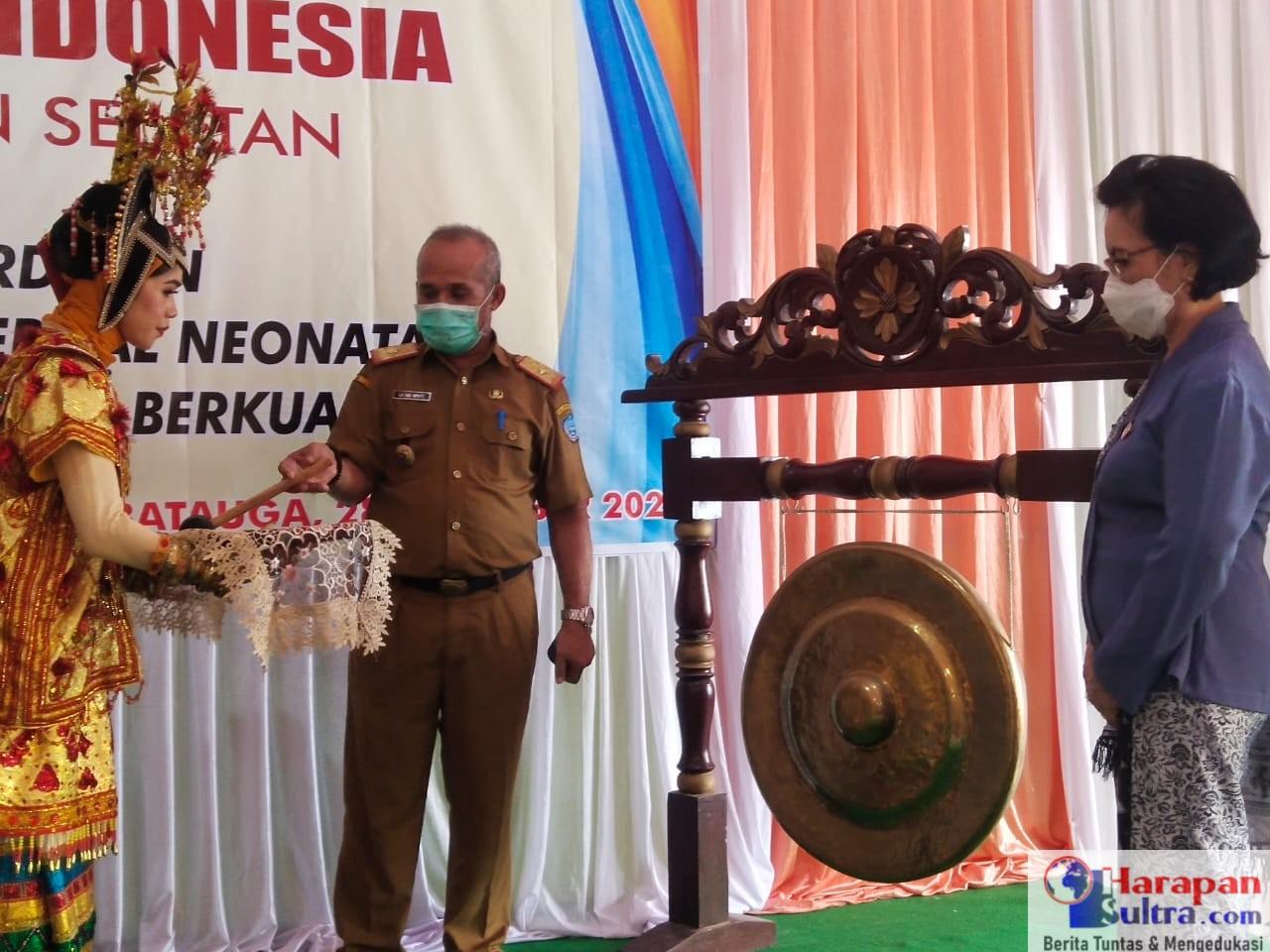 Asisten II Pemkab Busel, Ir. Laode Mpute (Tengah) saat membuka Muscab I IBI Busel
