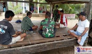 Serda TNI La Aswan saat mensosialisasikan penerapan Prokes ke Masyarakat