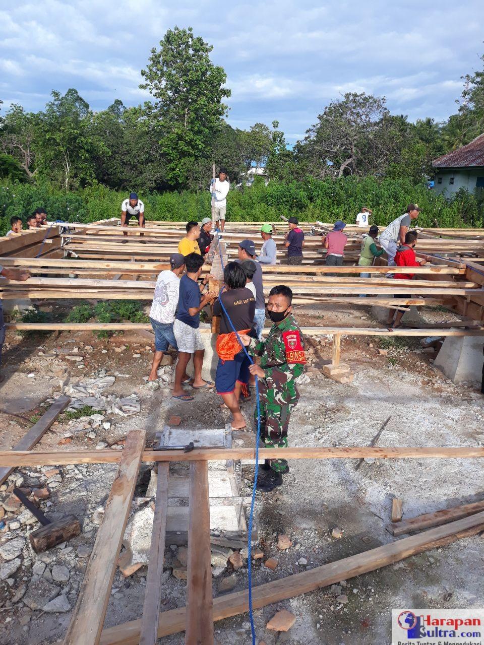 Babinsa saat membantu warga mendirikan Rumah Adat Moronene