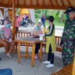 Serka TNI Ruslan saat bersosialisasi kepada warga