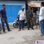 Serma TNI La Umpi saat mensosialisasikan prokes covid-19 ke warga