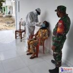 Anggota TNI saat memantau pelaksanaan swab pegawai Puskesmas