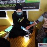 Relawan ASR saat melakukan Pemeriksaan Kesehatan warga