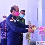 Bupati Tafdil didampingi Kadinkes dr. Sunandar saat meresmikan Puskesmas Poleang