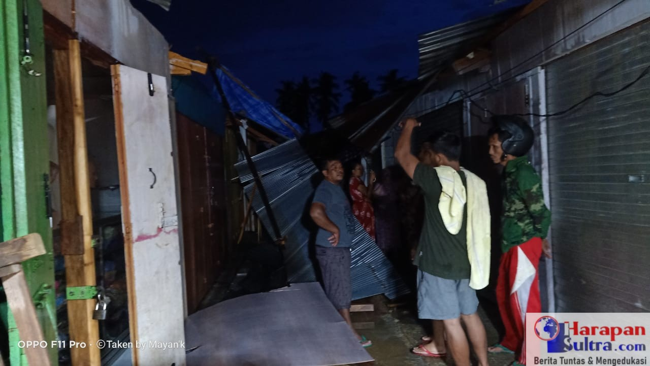 Salah satu los Pasar yang rusak akibat hantaman angin puting beliung.