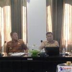 Kepala BKD Bombana, Darwin Ismail (kiri) saat Raker bersama DPRD