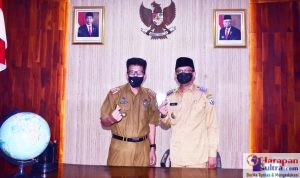 Bupati Bombana, H. Tafdil (Kanan), dan Kepala Dinas Pengendalian Penduduk dan Keluarga Berencana, Drs. H. Abdul Azis, M.Si (Kiri)