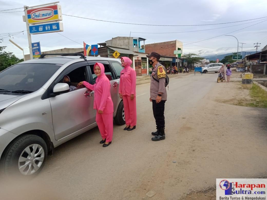 Pembagian Takjil kepada pengendara di Jalan