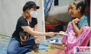 Angie Jodha Lasiawa saat menyerahkan bantuan kepada Ibu Bolong
