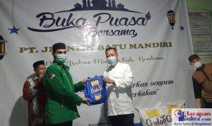 Direktur Utama PT. Jhonlin Batu Mandiri , H Kusni Sastro Kidjan saat menyerahkan paket secara simbolis kepada pengurus Ponpes