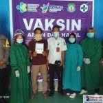 Foto Bersama Petugas Vaksin Covid-19 di Desa Hukaea