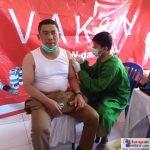 Lurah Lauru, Andi Usman saat menerima suntikan vaksin Covid-19