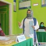 Ny. Surisma Sunandar saat melakukan penilaian di Posyandu Desa Biru