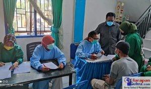 Kepala Dinas Kesehatan Bombana, Darwin, SE saat memantau pelaksanaan pekan Vaksin