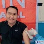 Tokoh pemuda Poleang, Sukman Asdam saat menerima Vaksin Covid-19