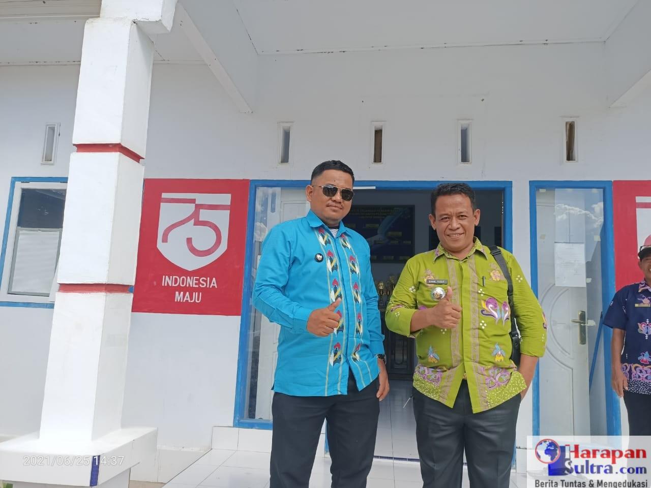 Kepala Desa Biru, Sainal Abidin (kiri) dan Camat Poleang Timur, Ismail Yusuf (kanan)