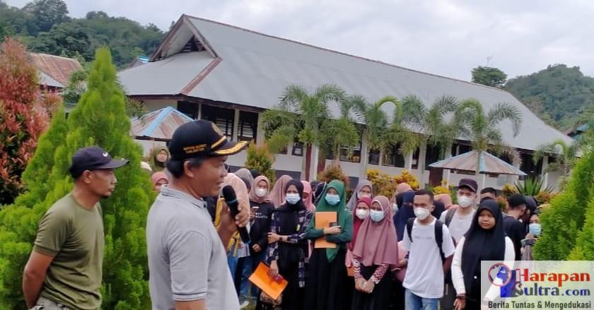 Kepala Sekolah SMKN 2 Bombana Amrun, S.Pd saat memberikan sambutan pada pelepasan siswa