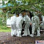 Petugas menggunakan APD lengkap saat mengantarkan jenazah ke pemakaman