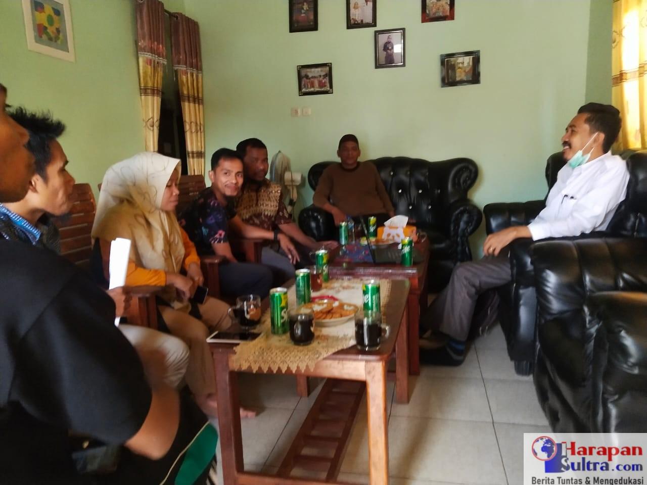 Kepala Desa Lapandewa Makmur saat menerima tamu di kediamannya