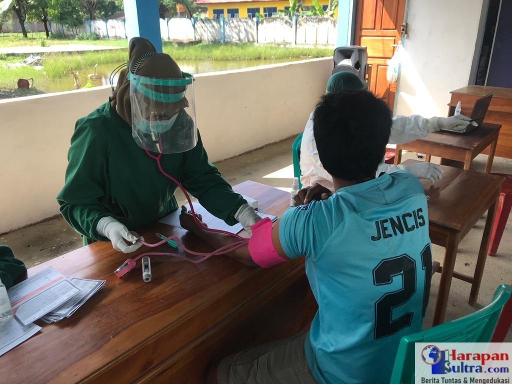 Petugas saat melakukan suntik vaksin dosis kedua kepada salah satu warga