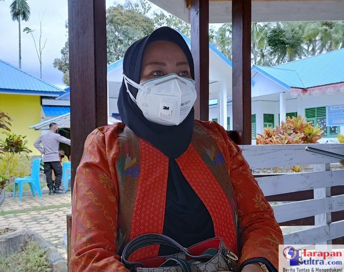 Kepala Pusat Kesehatan Masyarakat (PKM) Rarowatu, Hasniwati, SKM