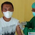 Wakil Ketua DPD Partai Golkar Kabupaten Bombana Bidang BAPPILU, Basmin saat menjalani vaksin dosis ke II
