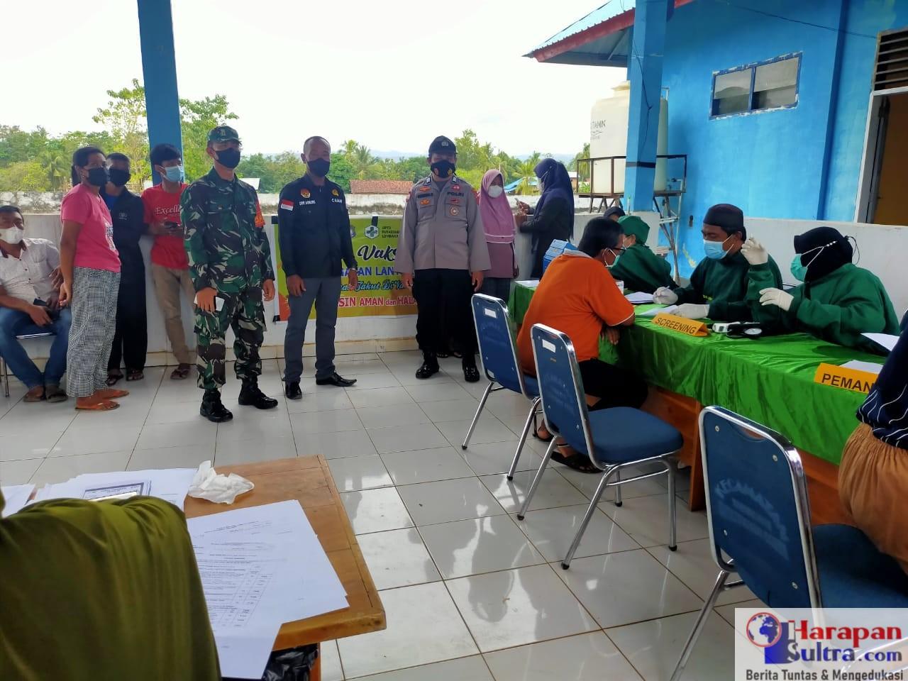 Camat Lantari Jaya Dwi Asmoro meninjau pelaksanaan Pekan vaksinasi tahap ke Empat