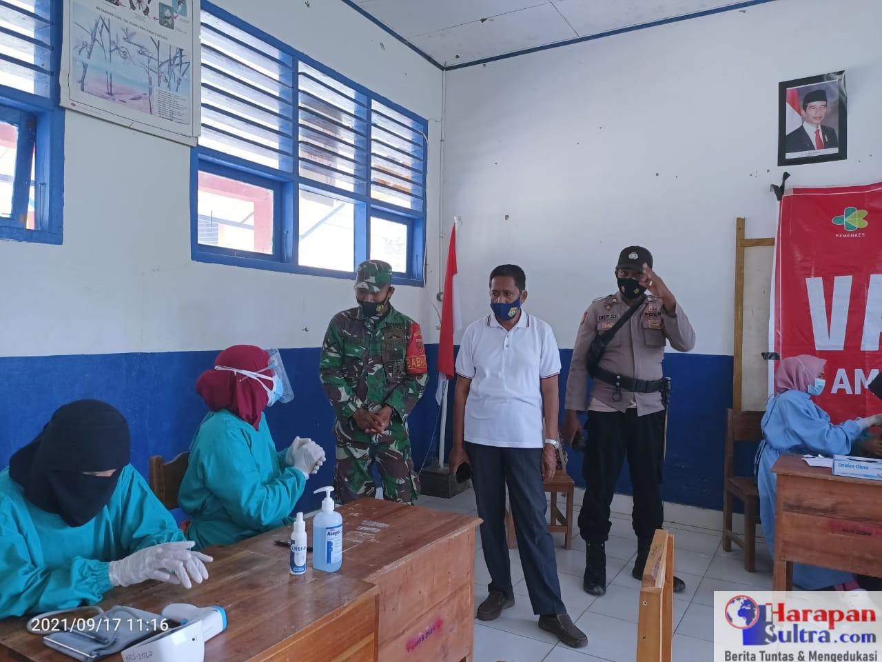 Camat Rarowatu. Zakir, S.Pd (Kemeja Putih) saat memantau pelaksanaan vaksinasi di sekolah