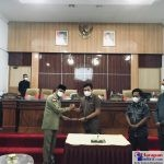 Foto Bersama Bupati Bombana, (kiri) dan Ketua DPRD didampingi Wakil Ketua
