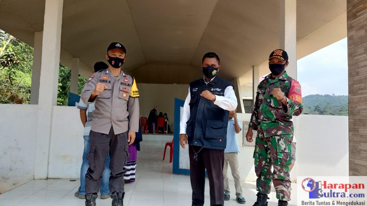 Kepala PKM Mataoleo, Ihram, S.KM (Tengah)